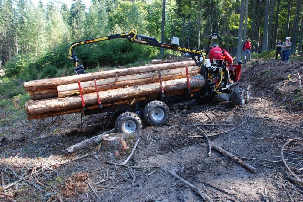 Jatkettava puutavarankuljetin neljällä pankolla.